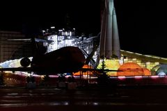 Decoración del Año Nuevo cerca del cosmos del pabellón en VDNK Imagen de archivo