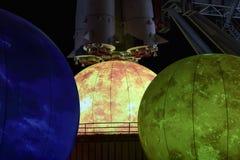 Decoración del Año Nuevo cerca del cosmos del pabellón en VDNK Fotos de archivo libres de regalías