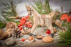 Decoración del Año Nuevo con el caballo de madera del vintage Fotos de archivo libres de regalías