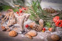 Decoración del Año Nuevo con el caballo de madera del vintage Foto de archivo libre de regalías