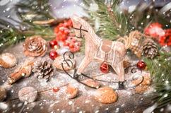 Decoración del Año Nuevo con el caballo de madera del vintage Imagenes de archivo