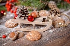 Decoración del Año Nuevo con el trineo de madera del vintage Imagen de archivo
