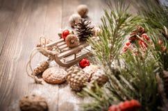 Decoración del Año Nuevo con el trineo de madera del vintage Imagen de archivo libre de regalías