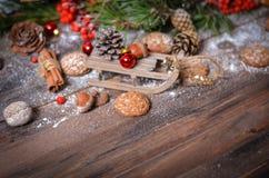 Decoración del Año Nuevo con el trineo de madera del vintage Fotografía de archivo