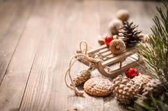 Decoración del Año Nuevo con el trineo de madera del vintage Imágenes de archivo libres de regalías