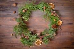 Decoración del Año Nuevo con la guirnalda de las ramas del pino Foto de archivo