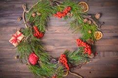 Decoración del Año Nuevo con la guirnalda de las ramas y del serbal del pino Fotografía de archivo