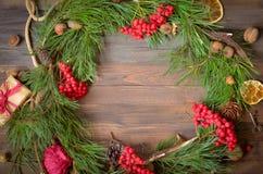 Decoración del Año Nuevo con la guirnalda de las ramas y del serbal del pino Imagenes de archivo