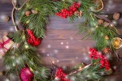 Decoración del Año Nuevo con la guirnalda de las ramas y del serbal del pino Fotografía de archivo libre de regalías