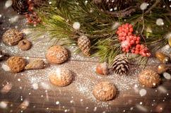 Decoración del Año Nuevo con las ramas del pino, galletas de harina de avena, Gingerb Foto de archivo libre de regalías