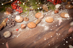 Decoración del Año Nuevo con las ramas del pino, galletas de harina de avena, Gingerb Fotografía de archivo