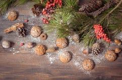 Decoración del Año Nuevo con las ramas del pino, galletas de harina de avena, Gingerb Imagen de archivo