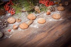 Decoración del Año Nuevo con las ramas del pino, galletas de harina de avena, Gingerb Imagen de archivo libre de regalías