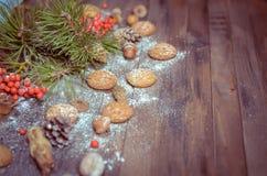 Decoración del Año Nuevo con las ramas del pino, galletas de harina de avena, Gingerb Imagenes de archivo