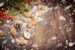 Decoración del Año Nuevo con las ramas del pino, galletas de harina de avena, Gingerb Fotografía de archivo libre de regalías