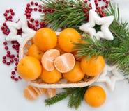 Decoración del Año Nuevo con los mandarines y el árbol de abeto Imágenes de archivo libres de regalías