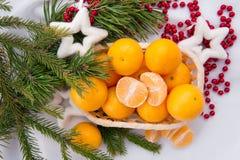 Decoración del Año Nuevo con los mandarines y el árbol de abeto Imagen de archivo