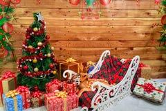 Decoración del Año Nuevo con un árbol de navidad y los regalos Foto de archivo libre de regalías
