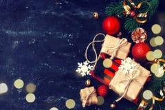 Decoración del Año Nuevo de la Navidad en fondo negro Imagenes de archivo