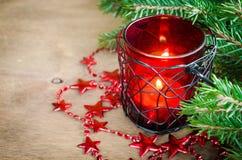 Decoración del Año Nuevo de la Navidad Vela ardiente, árbol de Navidad y guirnalda Foco selectivo Foto de archivo libre de regalías