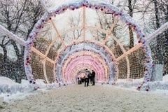 Decoración 2017 del Año Nuevo en centro de ciudad histórico del ` s de Moscú Foto de archivo