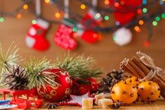 Decoración del Año Nuevo en la tabla Foto de archivo libre de regalías