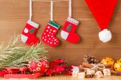 Decoración del Año Nuevo en la tabla Imagen de archivo libre de regalías