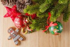 Decoración del Año Nuevo en la tabla de madera con las estrellas del pino y del rojo Fotos de archivo