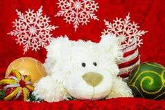 Decoración del Año Nuevo, oso blanco, ornamentos propicios y fondo rojo del sobre Fotos de archivo libres de regalías