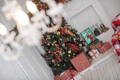 Decoración del Año Nuevo y de la Navidad del invierno en la vida grande blanca r Fotos de archivo libres de regalías