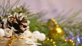 Decoración del Año Nuevo y de la Navidad en la forma de un cono del pino y de una guirnalda que destella metrajes