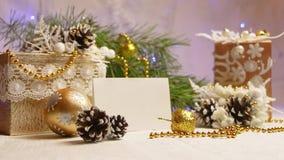 Decoración del Año Nuevo y de la Navidad en la forma de una guirnalda que destella del cono del pino almacen de video