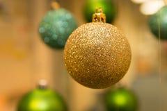 Decoración del Año Nuevo y de la Navidad: oro y bolas verdes del árbol de abeto Fotografía de archivo