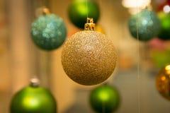 Decoración del Año Nuevo y de la Navidad: oro y bolas verdes del árbol de abeto Imagen de archivo libre de regalías