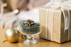 Decoración del abeto de la Navidad con el cono, la bola y el regalo foto de archivo libre de regalías