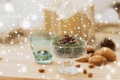 Decoración del abeto de la Navidad con el cono en cuenco del postre fotos de archivo