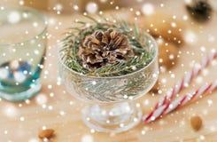 Decoración del abeto de la Navidad con el cono en cuenco del postre imagenes de archivo