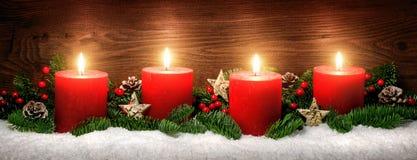 Decoración del advenimiento con cuatro velas ardientes Imágenes de archivo libres de regalías