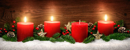 Decoración del advenimiento con tres velas ardientes Imágenes de archivo libres de regalías