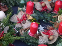 Decoración del advenimiento de la Navidad con las velas rojas Fotografía de archivo