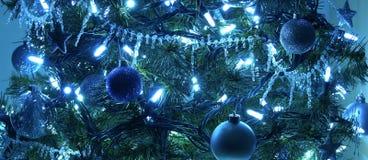 Decoración del azul del árbol de navidad imagenes de archivo