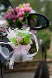 Decoración del coche de la boda Imagen de archivo