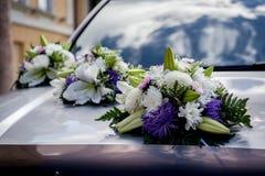 Decoración del coche de la boda Fotografía de archivo