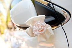 Decoración del coche para una boda de colores artificiales delicados del color blanco Imágenes de archivo libres de regalías