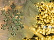 Decoración del copo de nieve en el árbol de navidad con las porciones de christma Foto de archivo libre de regalías