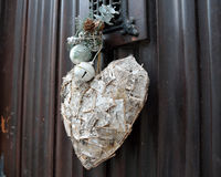Decoración del corazón en la puerta Imágenes de archivo libres de regalías