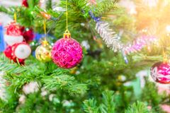Decoración del día de fiesta del árbol de navidad, primer de un árbol de navidad adornado para el fondo Imagen de archivo