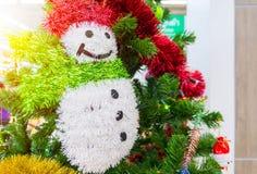 Decoración del día de fiesta del árbol de navidad, primer de un árbol de navidad adornado para el fondo Foto de archivo libre de regalías