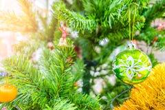 Decoración del día de fiesta del árbol de navidad, primer de un árbol de navidad adornado para el fondo Imagen de archivo libre de regalías