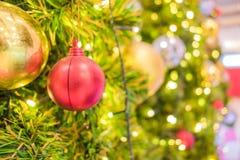 Decoración del día de fiesta del árbol de navidad, primer de un árbol de navidad adornado para el fondo Fotografía de archivo libre de regalías